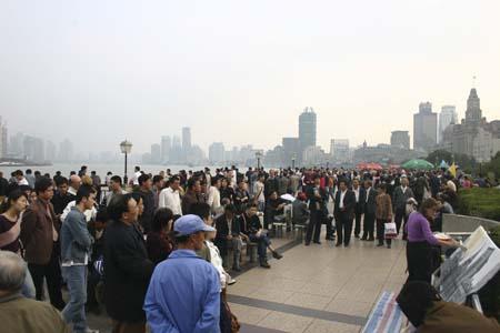 Une foule chinoise regarde Michelle Auboiron réaliser sa performance de peinture à Shanghai