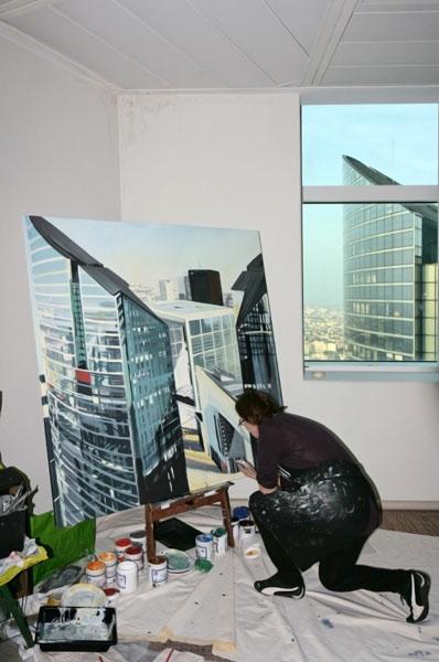 """Michelle AUBOIRON peint """"in situ"""" depuis le 36ème étage de la Tour Granite à Paris la Défense"""