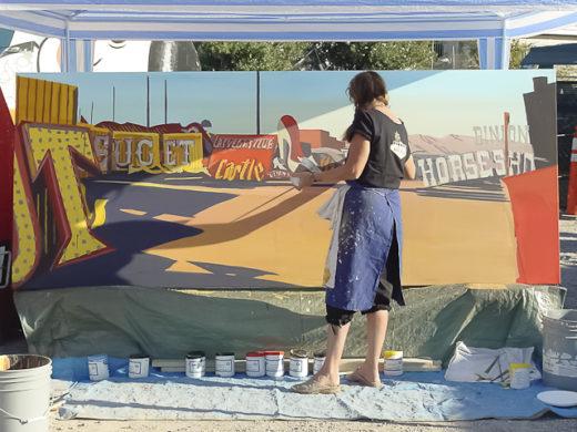 Michelle Auboiron peint en direct le Neon Boneyard (cimetière des néons) de Las Vegas