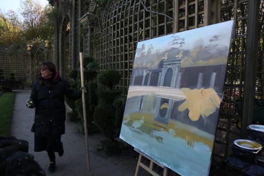 Michelle Auboiron, peintre, en action au Bosquet de l'Encelade dans le parc du Château de Versailles